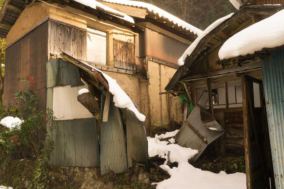 破損の進む蔵と家屋
