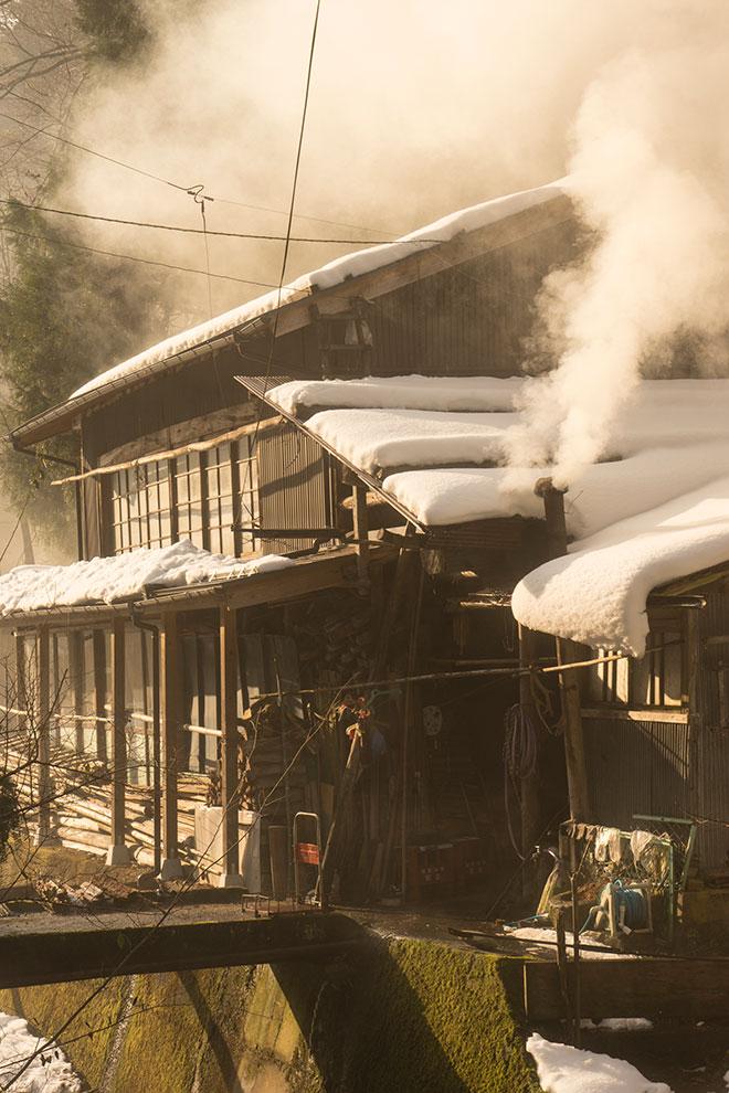 湯気を吹き上げる煙突