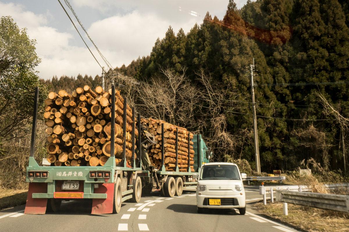 木材を積んで走るトラック