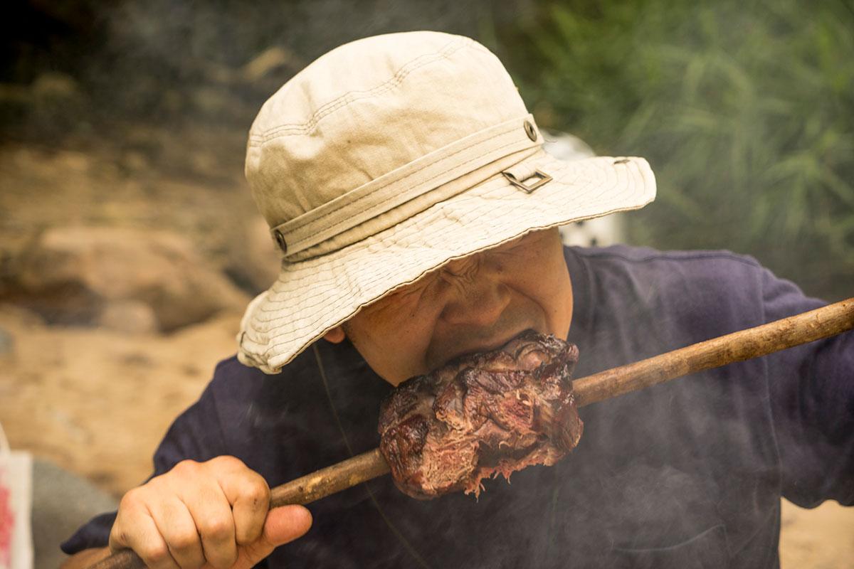 クラフトマンがお肉にかじりつく