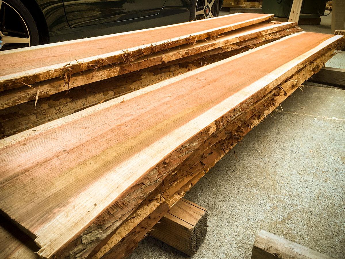 木の皮がついたままの杉板