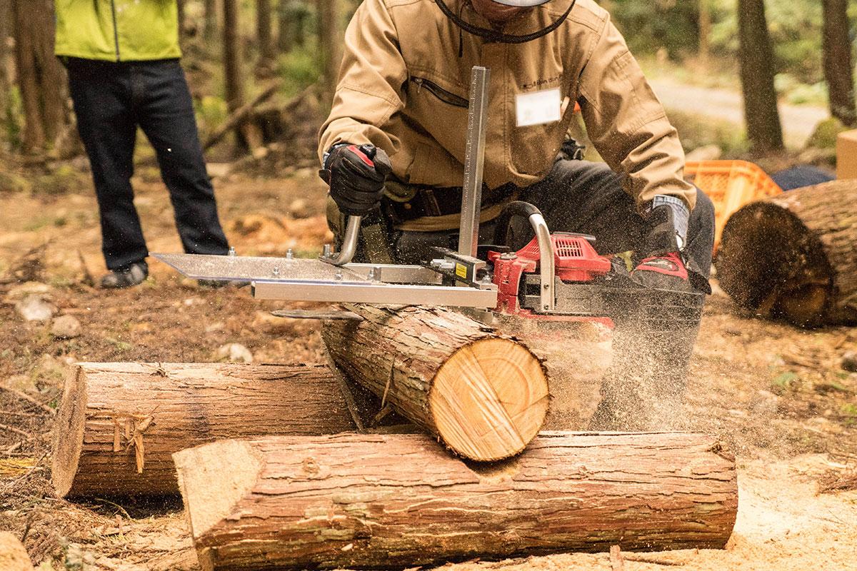 伐採した檜を現場でスライス中