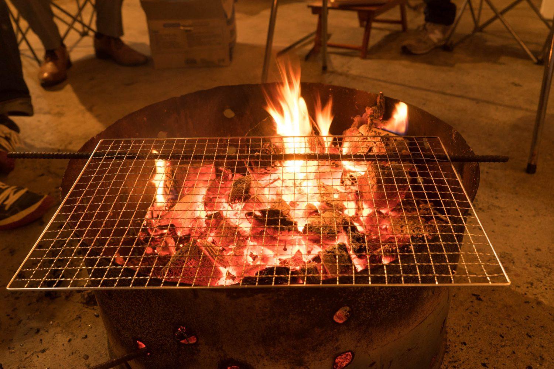 炭火を弱める