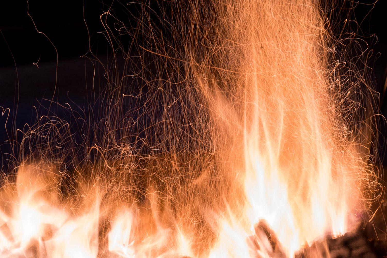 舞い上がる火の粉と炎。