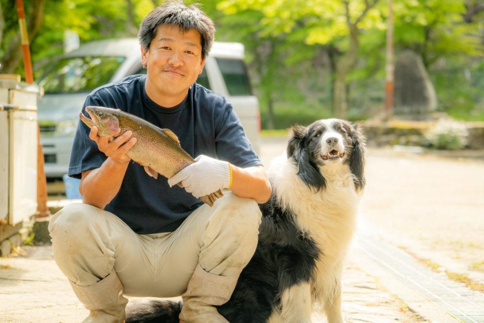 大暮養魚場の片桐オーナーとニジマス