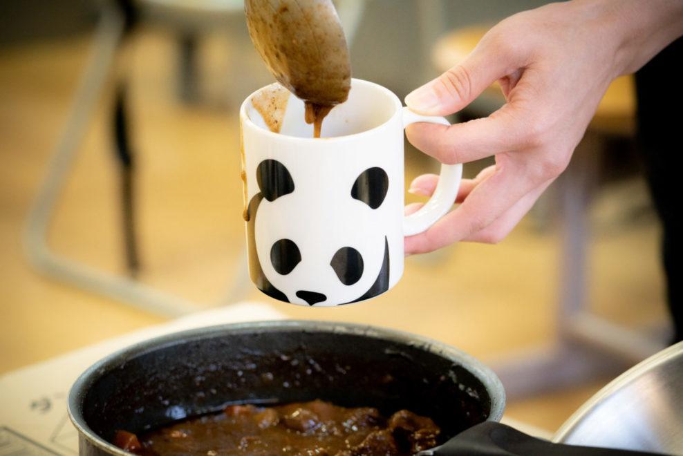 パンダのマグカップで鹿のビーフシチュー