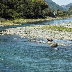 鹿の多く生息する球磨川の風景