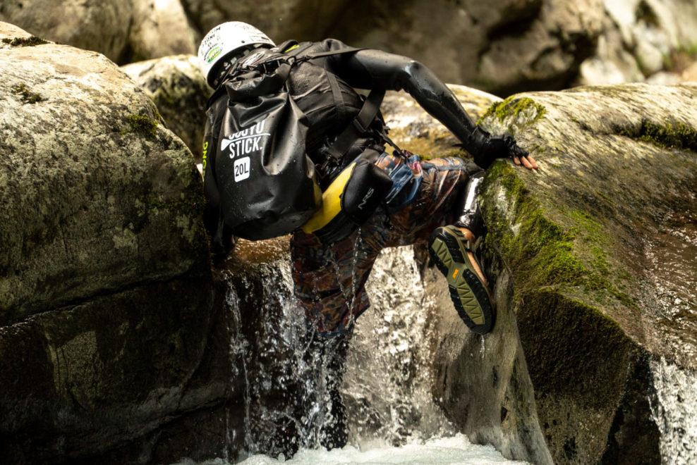 岩を登る姿