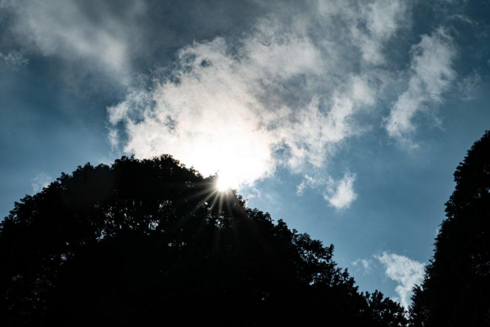 一瞬日が陰った空